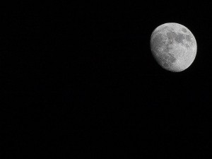 How to get great moon pictures using your camera handheld